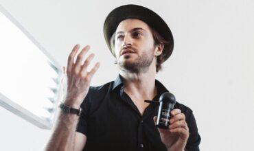 Евгений Жук в студии красоты BACKSTAGE