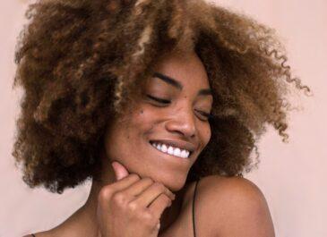 Как избавиться от секущихся кончиков: советы трихолога и парикмахеров