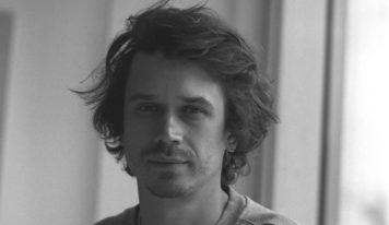 Уральский режиссер Иван Соснин выиграл грант на съемки полнометражного роуд-муви «Далекие близкие»