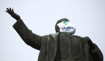 Защити себя и своих близких: на памятники в Екатеринбурге надели маски