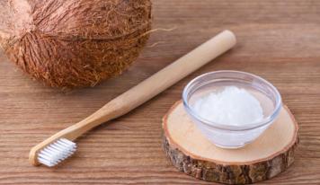 Oil pulling: зачем по утрам надо полоскать рот кокосовым маслом