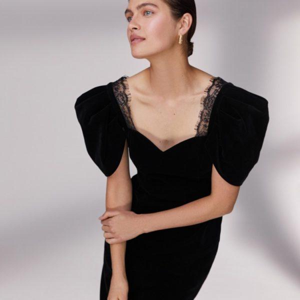 Бархатное платье с кружевом 12 980 рублей