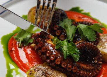 Креветки на льду, осьминог с крем-паприкой: в Банковском открылось бистро «Морская, 10»
