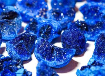 Украшения с камнями: почему бренды не используют натуральные минералы и вокруг столько подделок
