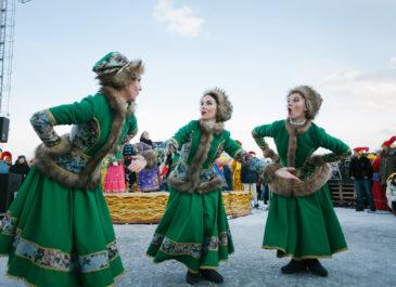 Шоу циркачей, русский авангард, цветные снежки: масленичные гуляния в Екатеринбурге